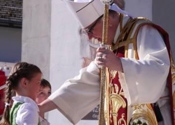 Begrüßung des Bischofs durch Kinder