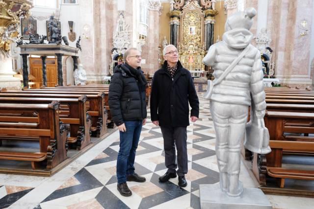 Georg Loewit und Florian Huber vor einer der überlebensgroßen Skulpturen im Innsbrucker Dom. Foto: Hölbling