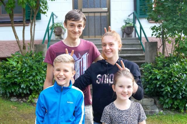 Vier Jugendliche haben Spaß beim Minilager.