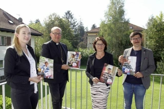 Anna Kraml, Bischof Hermann Glettler, Schulamtsleiterin Maria Plankensteiner und Roman Sillaber zeigen die Werbesujets