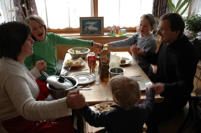 Familie beim Tischgebet
